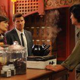 Booth y Breenan interrogando en El cuerpo en la bolsa