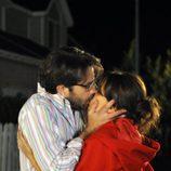 Mario y Jimena besándose en 'Los protegidos'