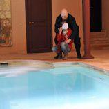 Jimena es atacada en el borde de la piscina