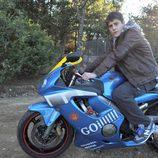 Culebra montando en moto