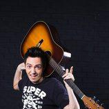 David Guapo juega con su guitarra