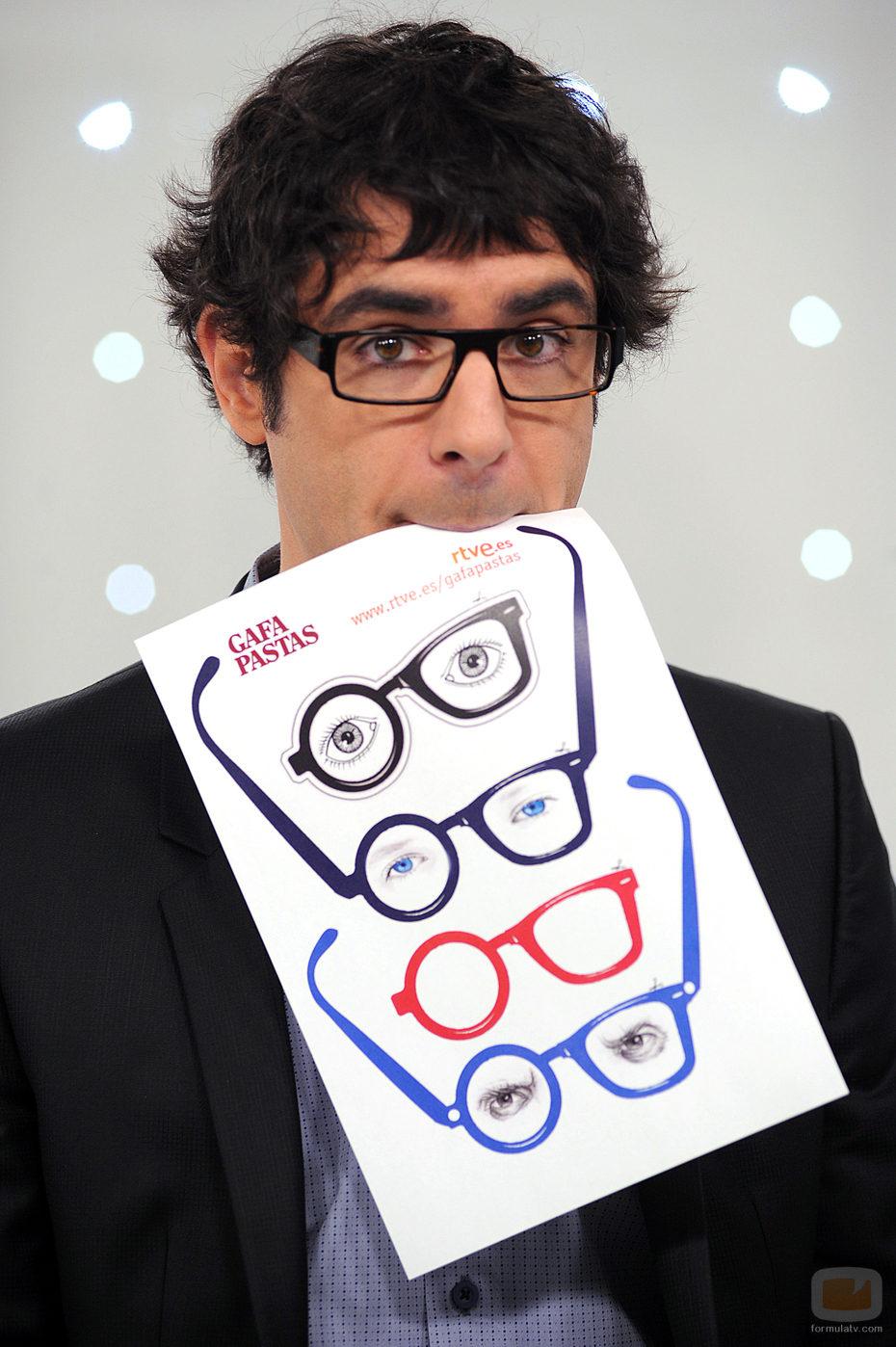 El presentador, Juanra Bonet, luce sus gafapastas
