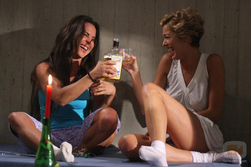 Teresa Mendoza y Patricia O'Farrell, bebiendo en 'La Reina del Sur'