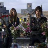 Rubén y Cristina Marcos frente a la tumba de Patricia Marcos en 'Desaparecida'