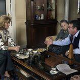 Goyo toma café en casa de los Alcántara