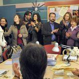 Jimena y Mario en una reunión de padres de 'Los protegidos'