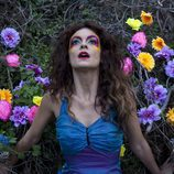 Geno entre flores de colores