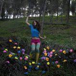 Geno baila entre flores de colores