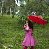 Geno con un paraguas en el bosque