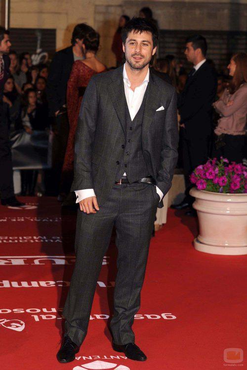 Hugo Silva acudió elegante al Festival de Málaga