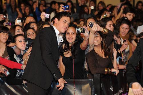 Mario Casas se hace fotos con sus fans