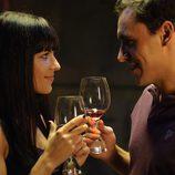 Lorena y Daniel brindan