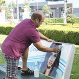 Andy pinta un cartel de Jules en 'Cougar Town'