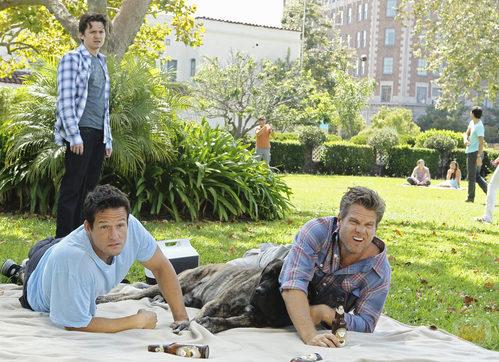 Travis observa a Grayson y Bobby en 'Cougar Town'