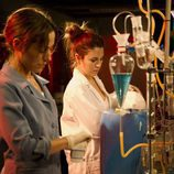 Julia Wilson y Ainhoa Montero en el laboratorio