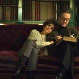 Cayetana de Alba junto a Jesús Aguirre en el sofá