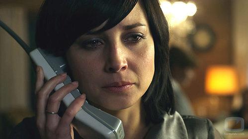 Matilde habla por teléfono