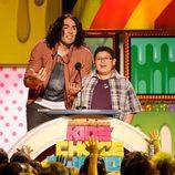 Russell Brand y Rico Rodríguez en la gala de los Kid's Choice Awards