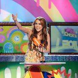 Miley Cyrus recoge su premio en los Kids' Choice Awards