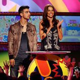 Joe Jonas y Sofia Vergara presentan un premio en la gala de los Kid's Choice Awards