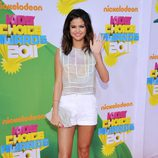 Selena Gómez en la alfombra naranja de los Kids' Choice Awards