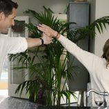 Elle y Grayson juntan sus manos