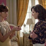 Beatriz le enseña la morfina a Isabel