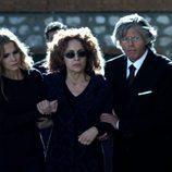 'La Duquesa' y sus hijos en el funeral de Jesús Aguirre