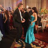 House y Cuddy bailan en una fiesta