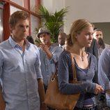Dexter espera con Lumen en la cola del aeropuerto
