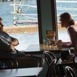 Lumen y Dexter en una cafetería