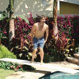 Bobby se tira a la piscina