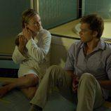 Lumen en la bañera con Dexter