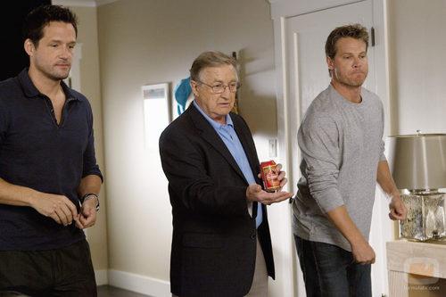 Grayson y Bobby con el padre de Jules