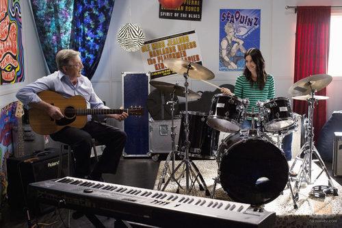 Jules toca la batería junto a su padre