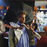 Bobby, como el hombre del viento en 'Cougar Town'