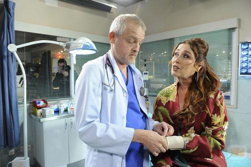 Doctor Vilches (Jordi Rebellón) y Amalia (Verónica Forqué)