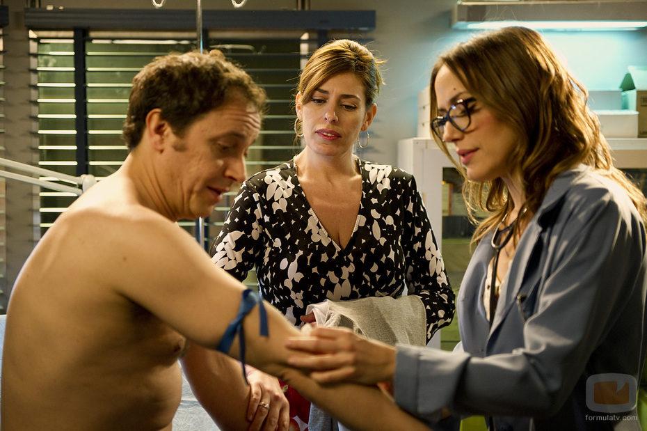 Julia extrae sangre a De la Cuadra