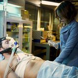 Julia extrae sangre a Gamboa