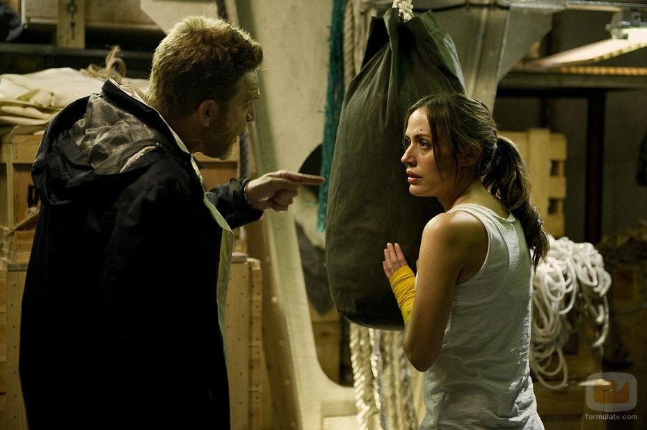 El capitán discute con Julia Wilson