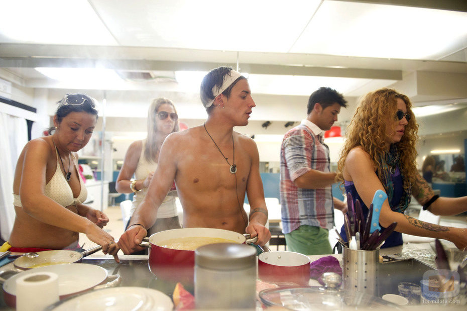 Jorge Lecumberri cocina sin camiseta en 'El reencuentro'