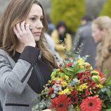 Adriana con un ramo de flores