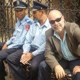 Antonio Resines junto a unos policías