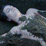 Damian, semienterrado desnudo en 'Ángel o demonio'
