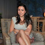 Carmen Ruiz sentada en un sofá