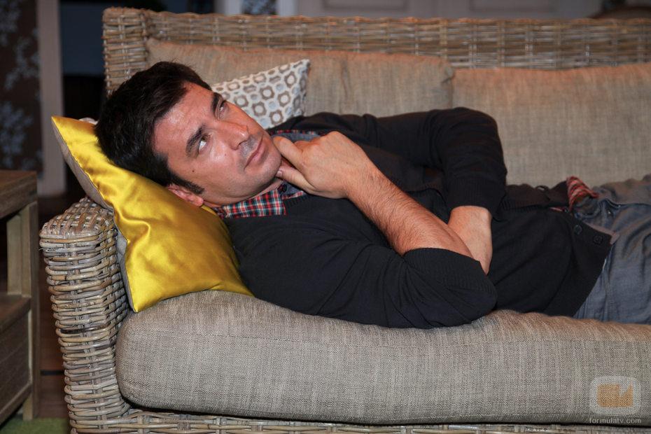 Arturo Valls tirado en un sofá