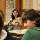 Yoli mira a Teresa en un aula del Zurbarán