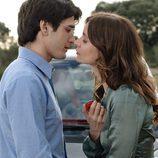 Manu y Emma a punto de besarse