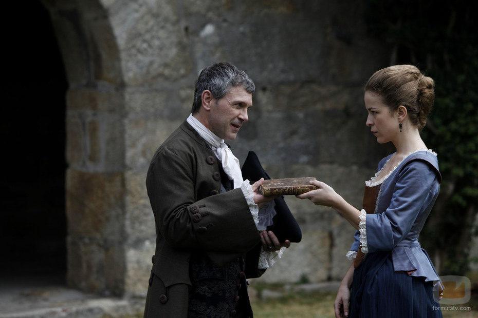 Gaspar Falcón entrega un diario a Blanca