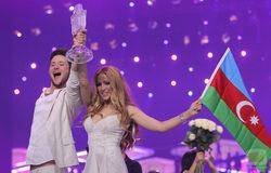 Ell y Nikki con el trofeo de Eurovisión 2011